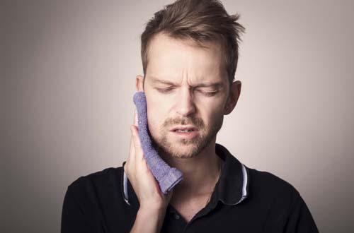 Почему появляются боли после имплантации зубов